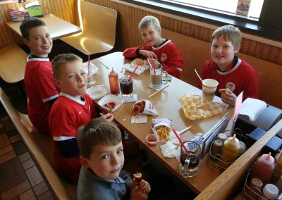Children eating in a booth